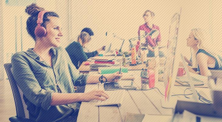 freelancers trabalhando em um coworking