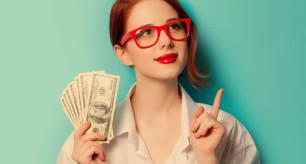 aprender-ingles-sozinho-garota-segurando-dolares