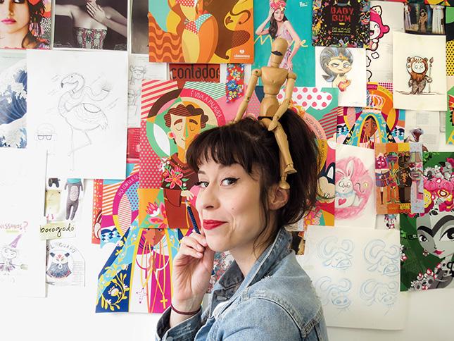 ilustradora-clau-souza-em-seu-home-office